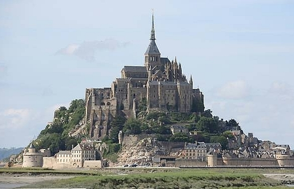 frances mont saint michel evacuated as man threatens police