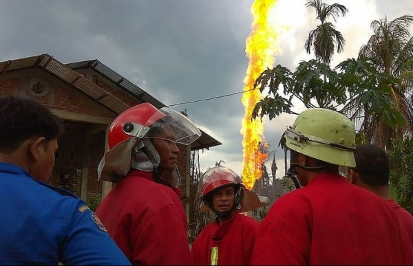 at least 15 killed 40 injured in illegal indonesia oil well fire