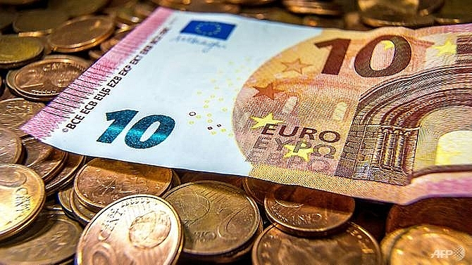 euro sags as markets see ecb in no rush for qe exit