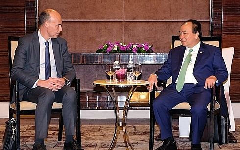 pm introduces investors to vietnams special economic zones