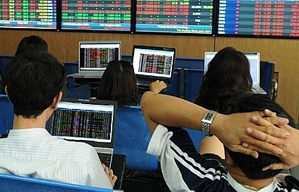 shares extend losses on low liquidity