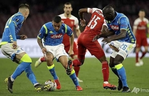arsenal edge out napoli to reach europa league semi finals
