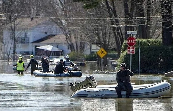 10000 evacuated in canada floods as rescuers search for pets