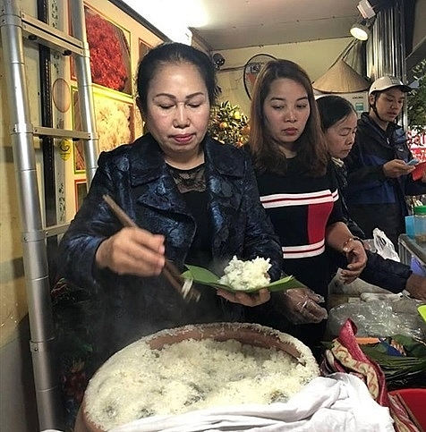 cudweed cake a must try dish in hanoi