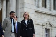 clinton seeks to narrow gaps with india