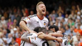 Valencia take charge of Champions League chase