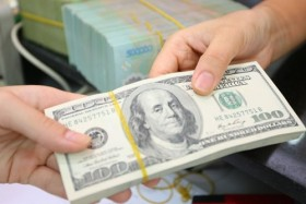Dollar falls, following SBV's message