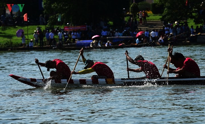 hue festival celebrated with traditional boat race