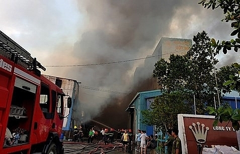 huge fire rips through vinh loc ip in hcm city