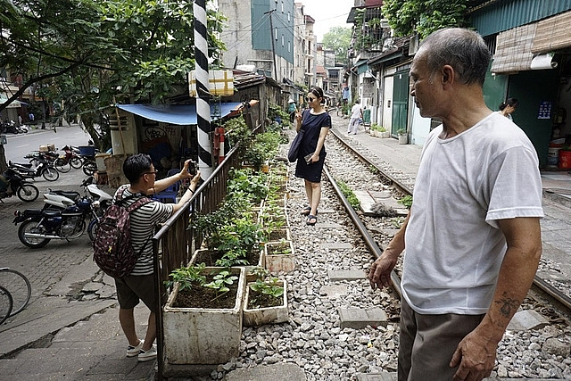 hanoi railway attracts foreign visitors