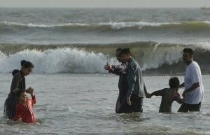 dozens feared killed in karachi heatwave charity