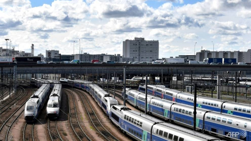 french govt seeks end to rail strike with 35 bn euro debt pledge