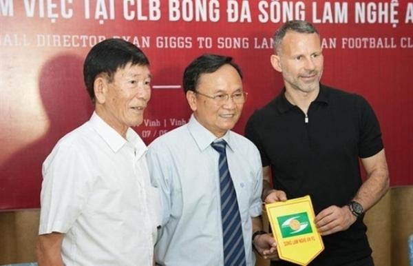 football legend ryan giggs meets nghe an ha tinh clubs fans