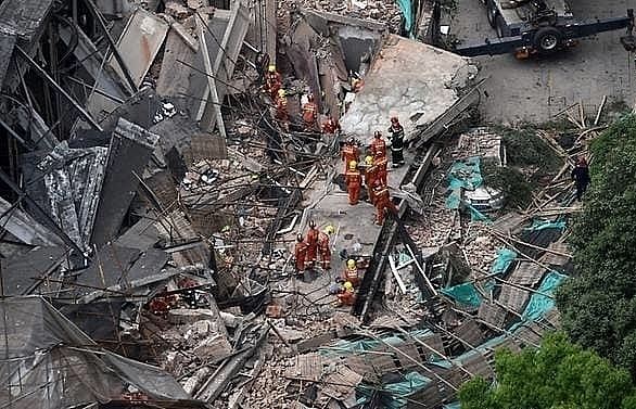 7 killed after building in shanghai collapses