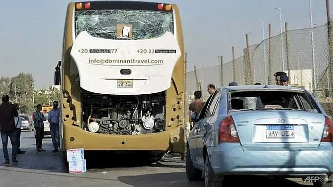 bomb blast hits tourist bus near egypt pyramids