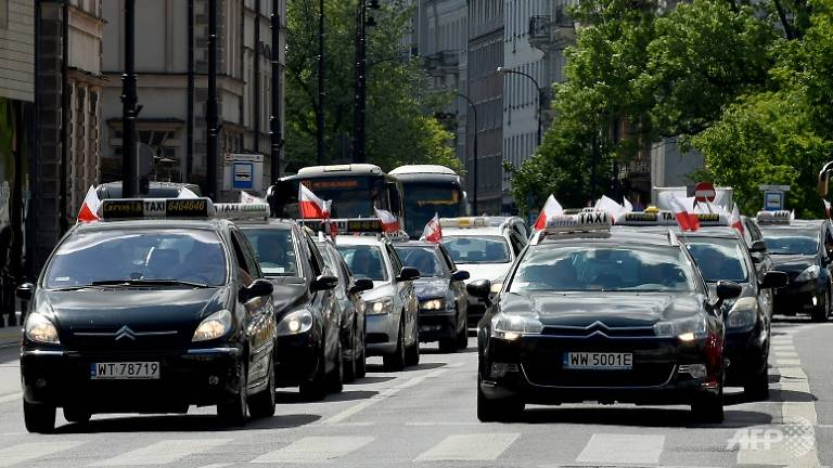 Polish taxi drivers protest against Uber   DTiNews - Dan Tri