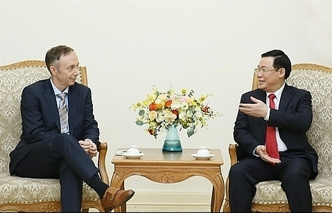 deputy pm hue receives nike vice chairman