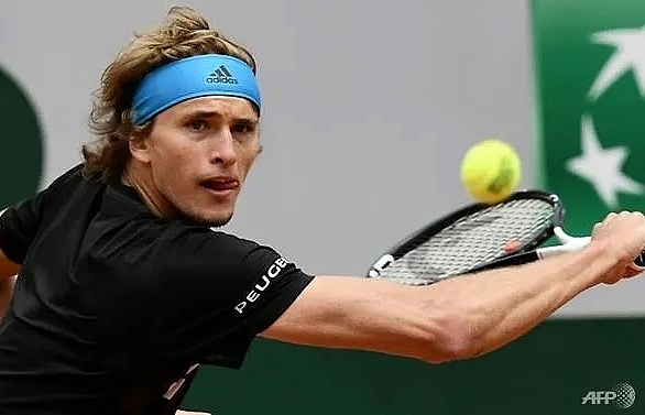 zverev negotiates tricky first round tie in halle