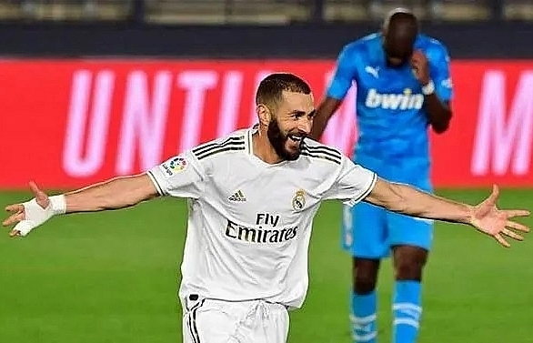 stunning benzema strike crowns real madrid win over valencia