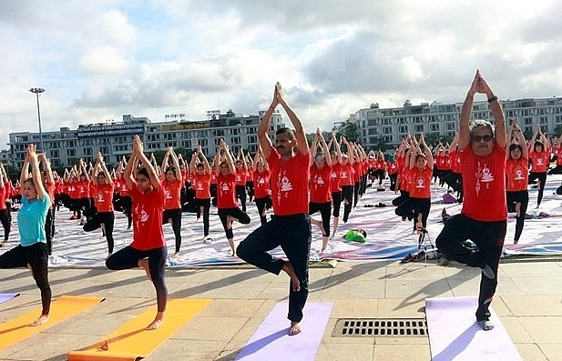 intl yoga day draws nearly 3000 in quang ninh