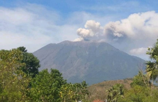 bali airport reopens after volcano eruption causes thousands of tourists to be stranded