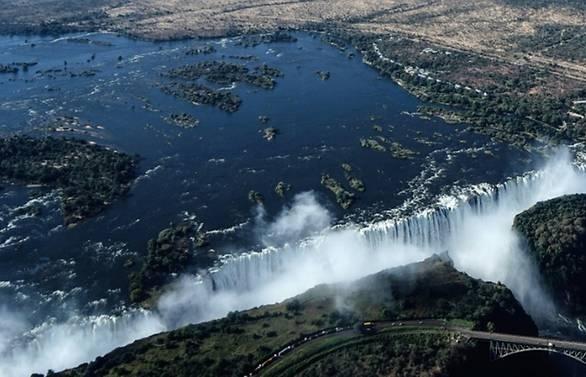 zimbabwe edges back onto tourist map