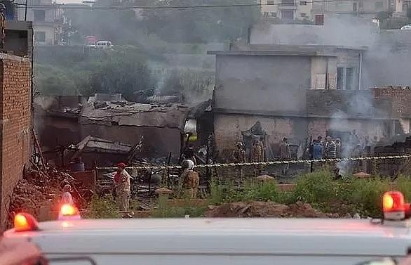 18 killed as pakistani army plane crashes into residential area