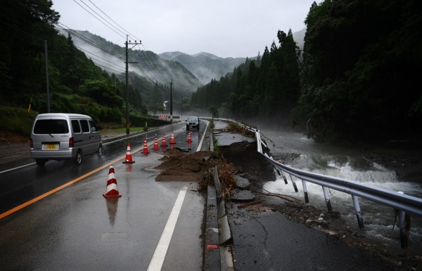 50 dead in japan floods as rescuers race against time