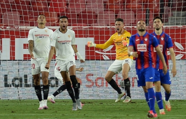 sevilla close on champions league with eibar win