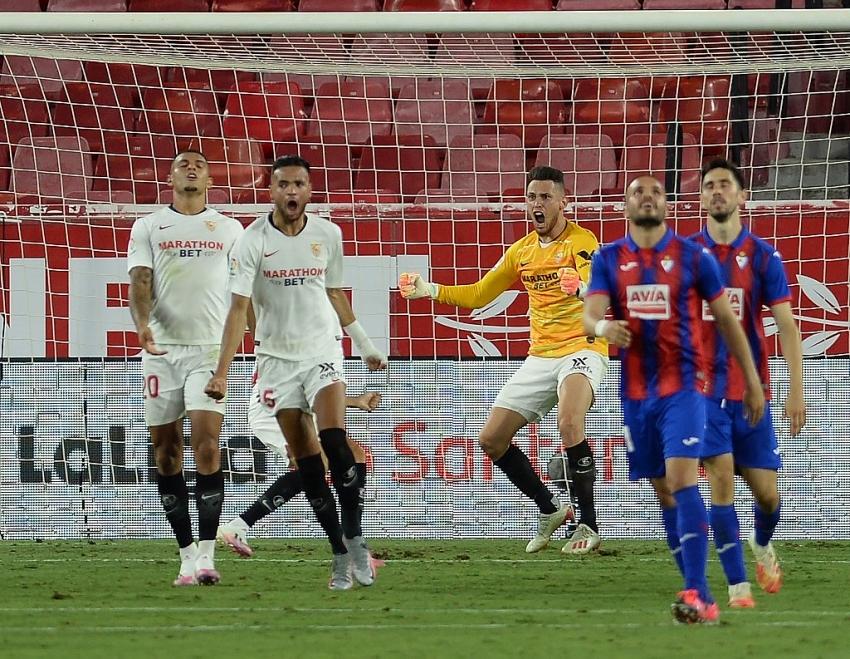 sevilla close on champions league with eibar win