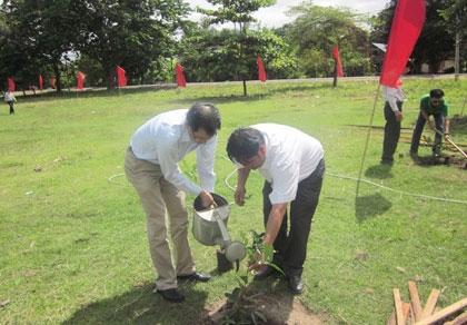 bat vinataba provides seedlings and computers to gia lai farmers