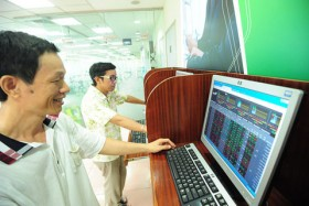 VN Index falls on heavyweight shares