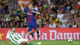Barcelona honour terror attack victims in Betis win