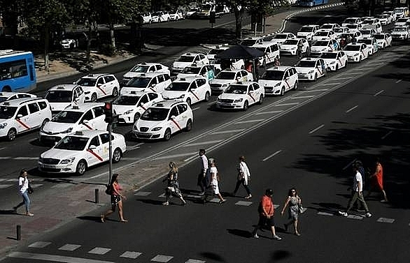 spanish taxis call off strike against uber