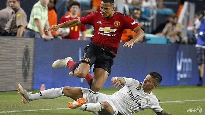 manchester united holds on to beat real madrid 2 1