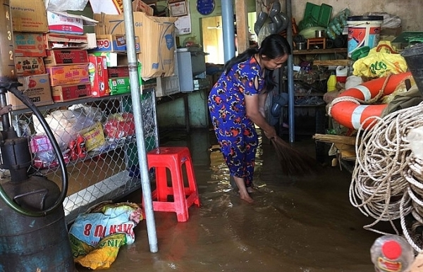 floods isolate communes in nghe an