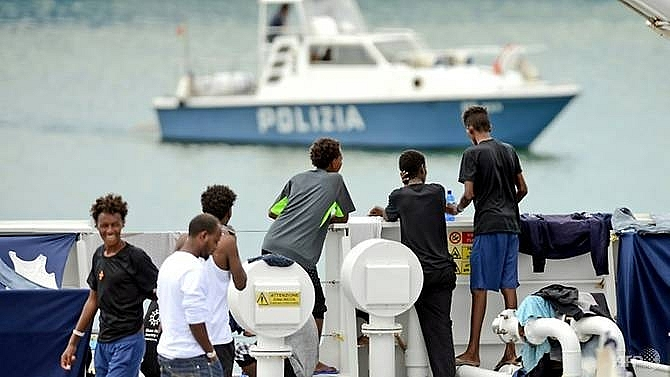italy threatens eu funding in migrant row