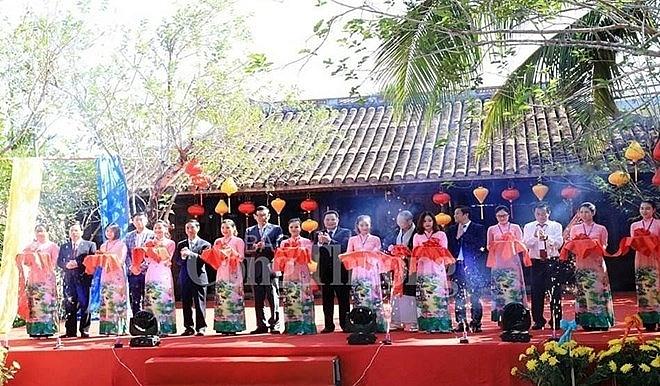 vietnam international silk and brocade festival opens in quang nam
