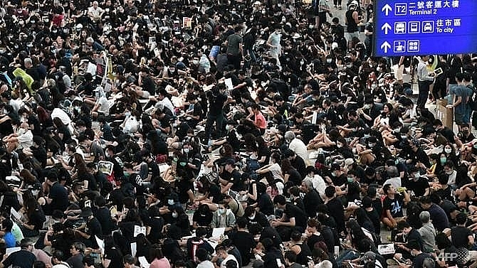 hong kong protesters kick off airport rally