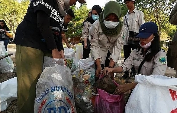 thousands of indonesians hit the beach in mass trash pick up