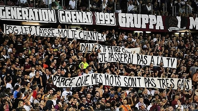 psg game briefly halted over protest banner