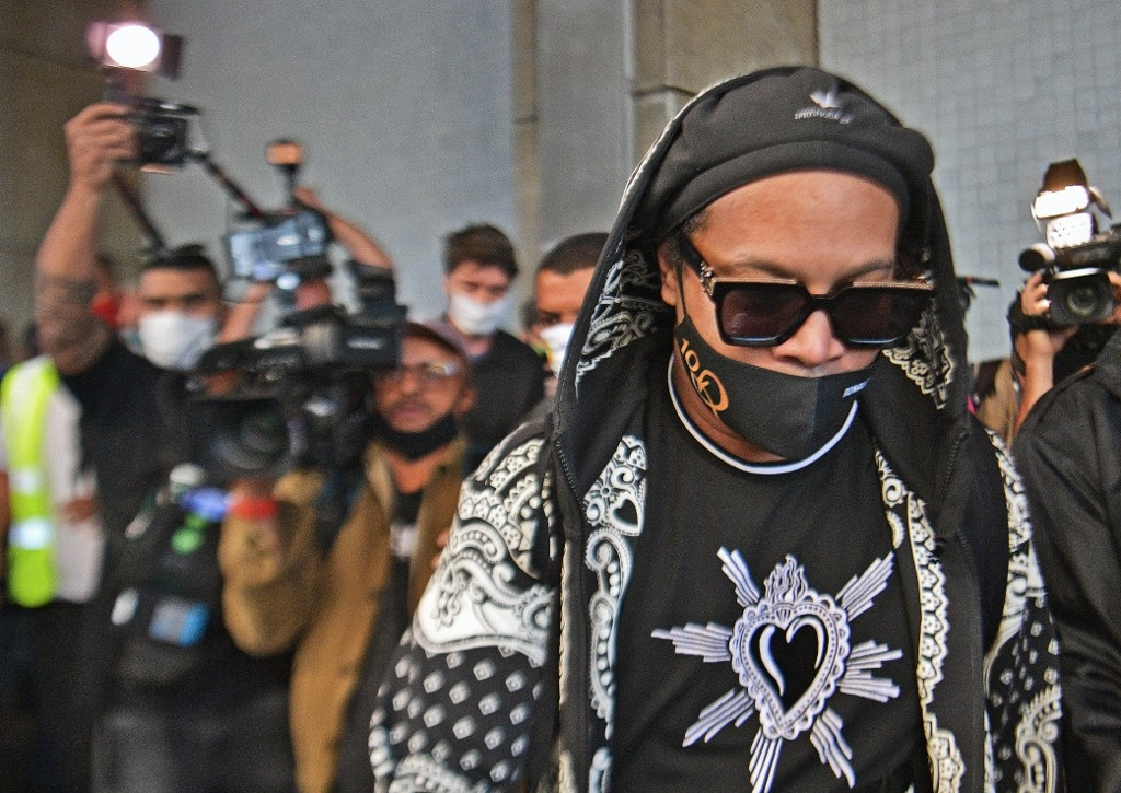 ronaldinho arrives back in brazil after paraguay detention