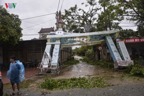 coastal provinces battle with storm doksuri hinh 2
