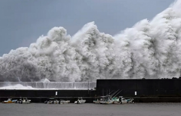 typhoon jebi hits japan strongest in 25 years weather agency