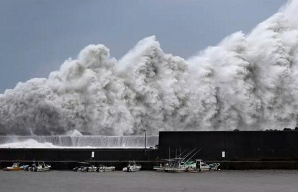 typhoon jebi hits japan strongest in 25 years weather agency