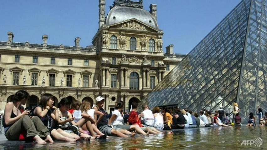 paris official seeks to outlaw airbnb rentals in city centre