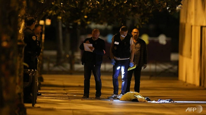 seven wounded including 2 uk tourists in paris knife attack