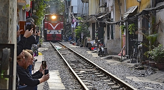 hostels worldwide lists 11 must thing to do in hanoi