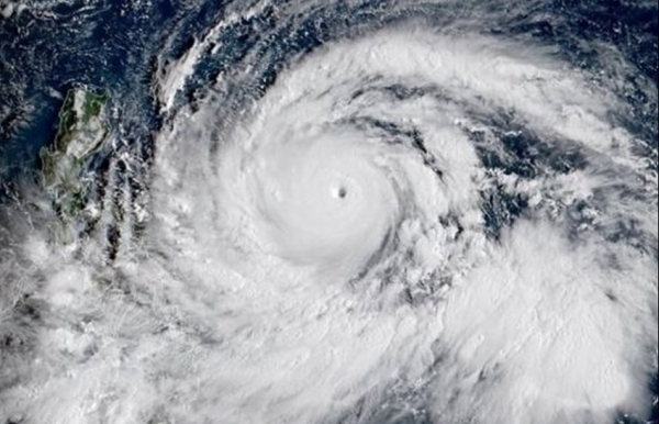 Super Typhoon Mangkhut smashes into Philippines, at least 3 dead