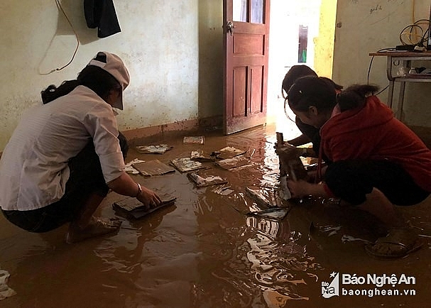 severe flash flood hits nghe an at nightime